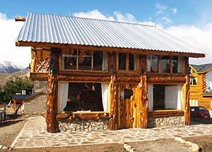 Cabañas Rústicas en Esquel EL PALENQUE, Fachada de casa de madera